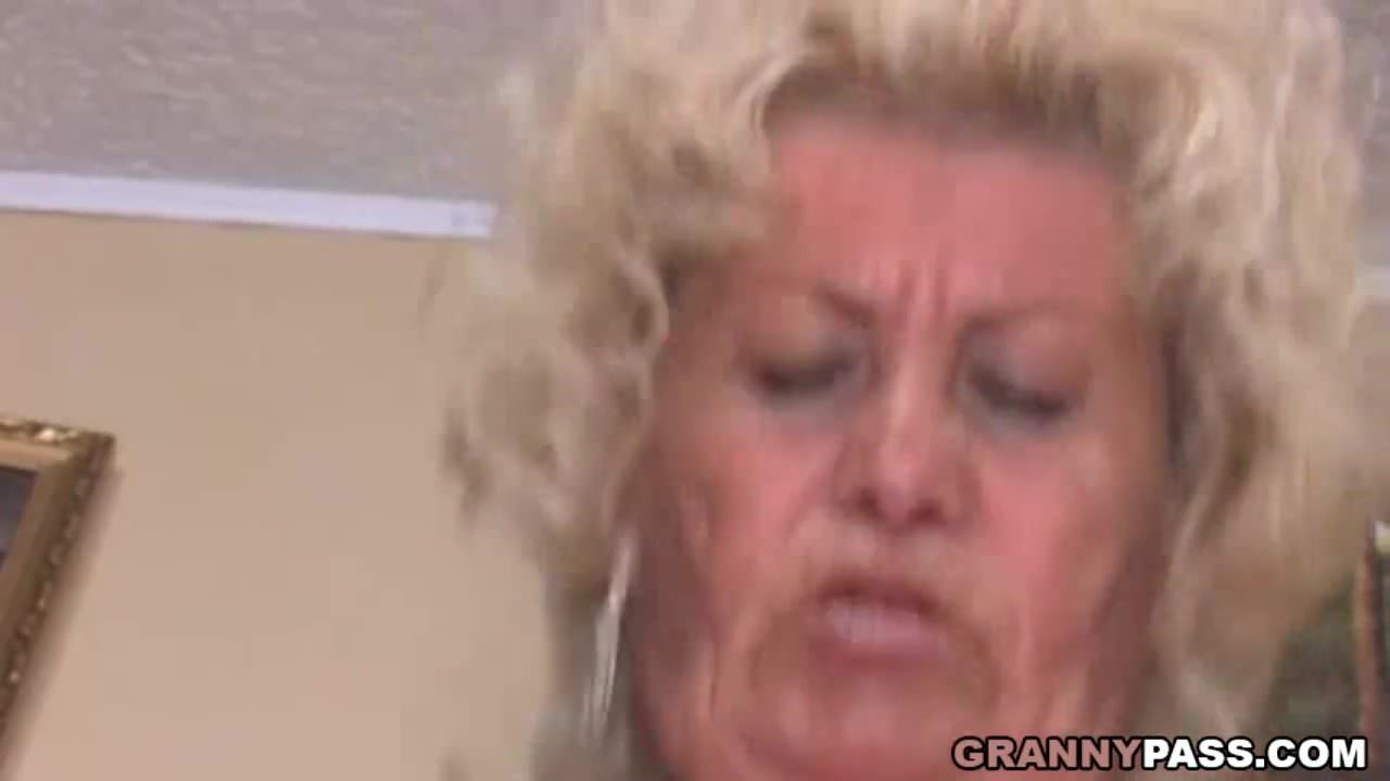 Korosodó anyuka szexelt a fiával a kanapén