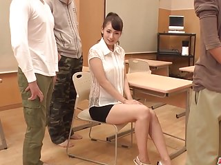 Yui Oba獲取新鮮的公雞來敲她的貓和屁股