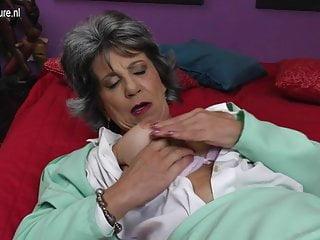 La vecchia nonna troia si scopa il culo e la figa con le dita