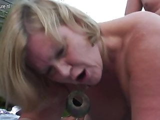 Calda mamma casalinga britannica fare sesso all aperto