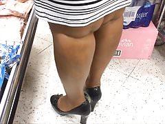 Ascuns fetiș pantofi - Închinarea de la tocuri și picioarele doamnei negre