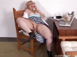 Mature BBW loves to talk dirty on the phone while rubbing