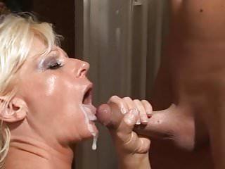 Mutti schluckt sperma