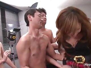 年輕的日本女生在一個他媽的和吸吮鋼棒