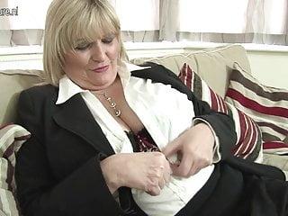Calda madre britannica mostra le sue grandi tette e si masturba