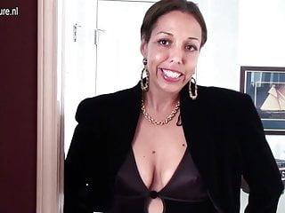 Pelosa casalinga americana che gioca con la sua folta figa