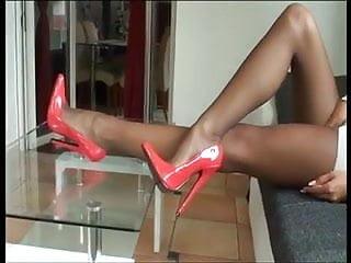 Rote Monster Heels und Nylons