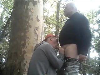 je suce une bonne grosse queue dans les bois