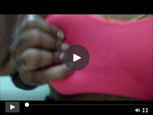 तमिल पत्नी के स्तन दबाए