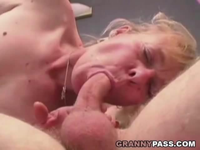 Fiatal gyereke faszát szopta és szexelt vele az anyukája
