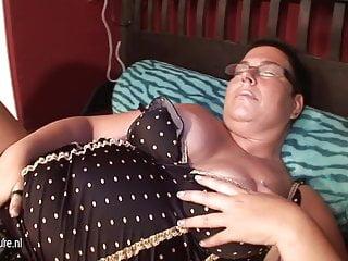 Grande madre ninfomane matura scopata con cetriolo