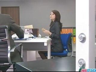 北條在辦公室會議上玩弄她的貓
