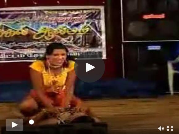 दक्षिण भारतीय लड़कियों ने मंच पर एक अश्लील नृत्य किया