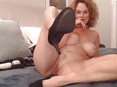 Milf performs on Webcam