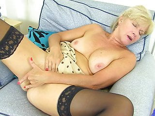 Sapphire louise gives her fanny finger fuck...