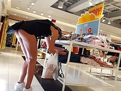 CANDID VOYEUR TEEN SHOPPING SHOWING ASS