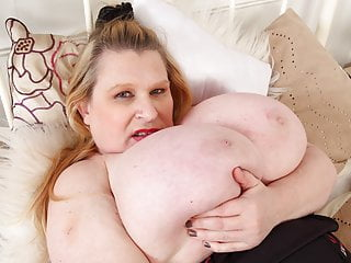 British BBW milf Samantha Sanders wiggles her glorious tits