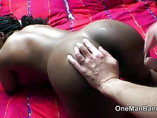 L uomo bianco magro perfora la ragazza nera spessa