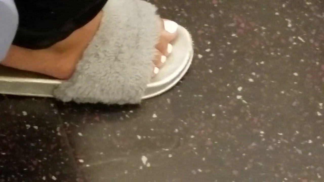 Drăguț ghetou fată ascuns alb degetele de la picioare pt2