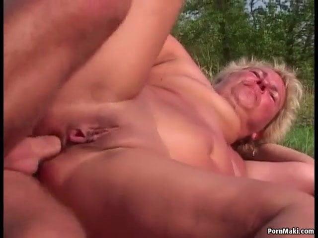 Szabadban baszta meg anyja seggét a fia szex videó