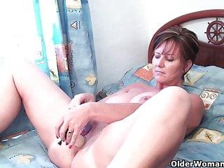La nonna di classe spinge il dildo nel culo