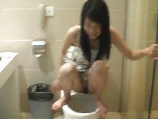 Xiaofei squatting amp peeing...